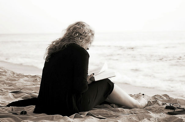 Fernbeziehung lesen am Strand