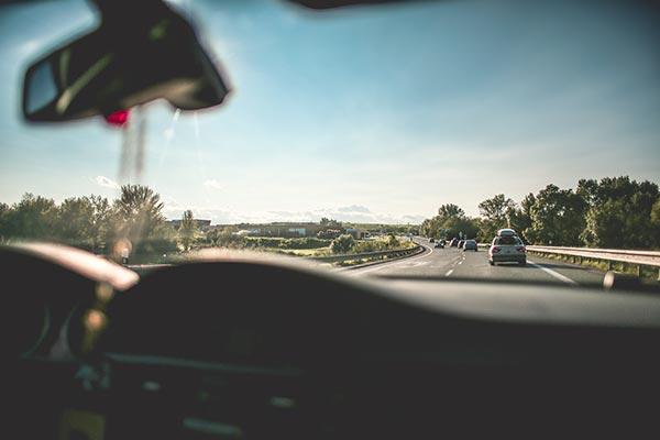 Auto Blick aus der Windschutzscheibe