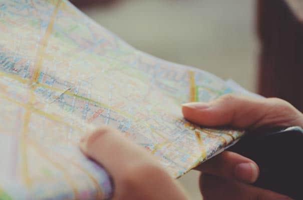 Stadtplan in Händen
