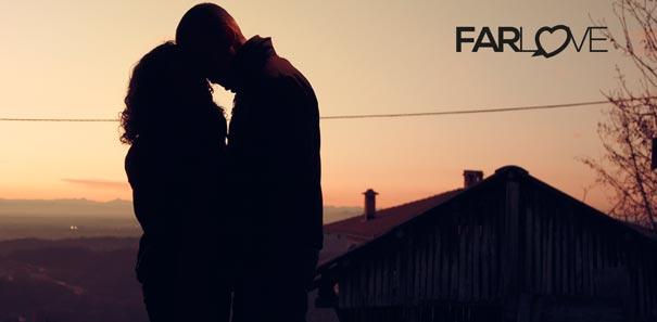 Paar Kuss vor Sonnenuntergang