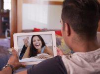 Ein Paar macht das Youtube Fernbeziehungs-Date zusammen